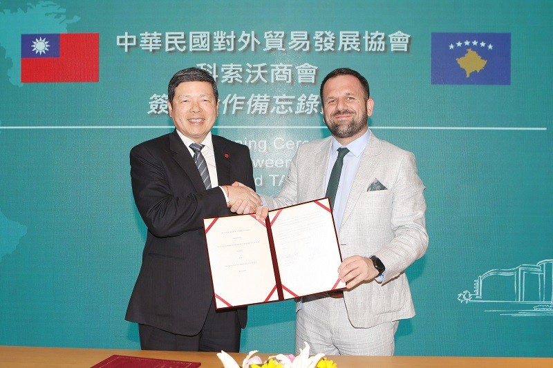 TAITRA president and chief executive Walter Yeh (left) on April 20 signs a MoU with Berat Rukiqi, President, Chamber of Commerce of Kosovo for more bu