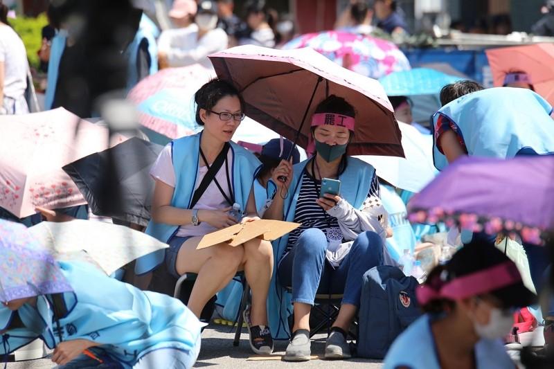 EVA Air flight attendants on strike (CNA photo)