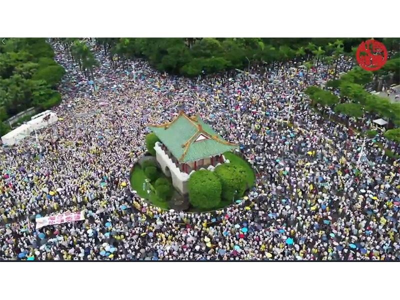 凱道反親中媒體遊行 大批民眾冒雨相挺