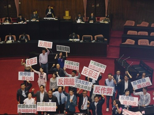 File photo: KMT legislators protest passage of amendments to Referendum Act on June 17
