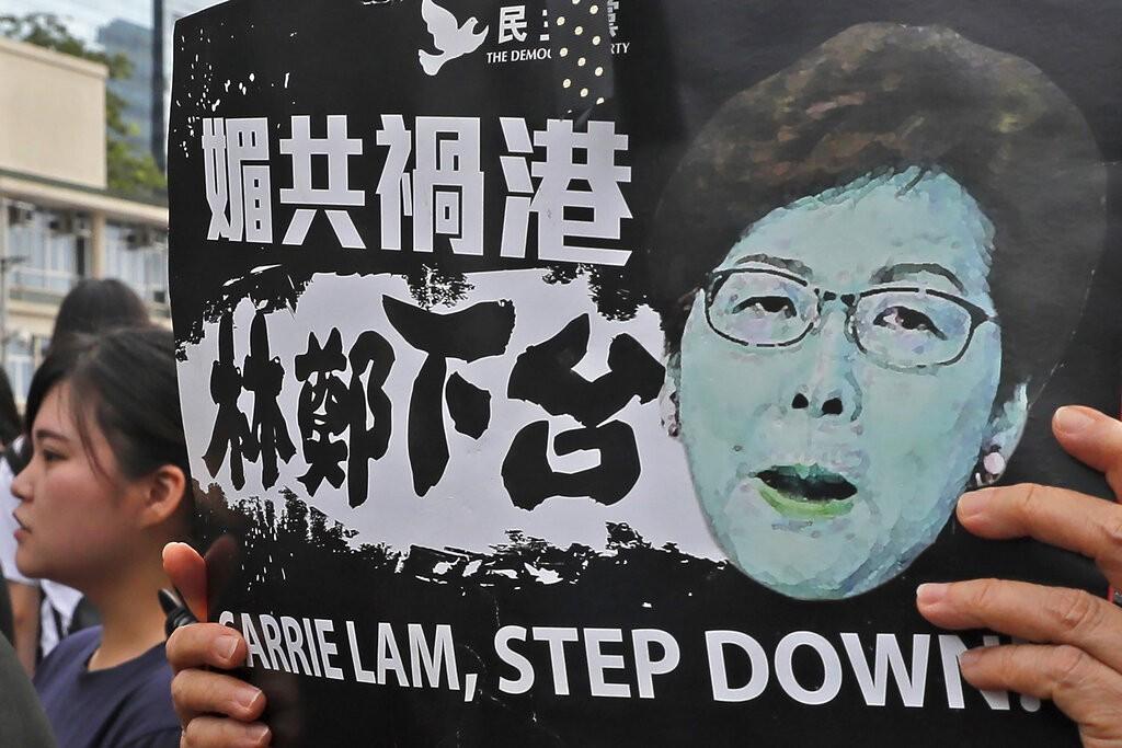 香港民眾17日在香港立法會附近舉牌抗議,要求特首林鄭月娥下台。(圖/美聯社)