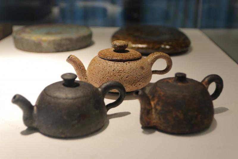即日起至7月14日止,陶博館展出「薪窯之美:台、美、日陶藝家聯展」。(圖/新北市鶯歌陶瓷博物館)