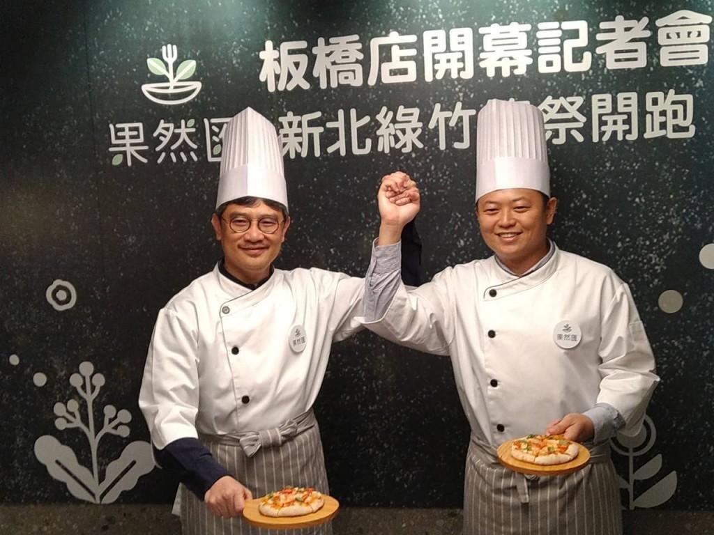 李玟局長及陳毅航總經理合作綠竹筍披薩 (新北市政府農業局提供)