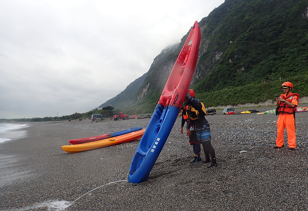 'Team of the Howker' canoes on shore in Hualien