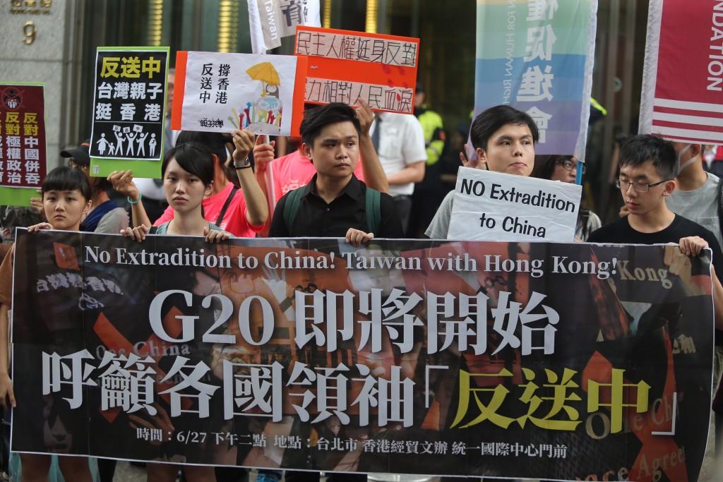 在台港生及台灣民間團體27日再次集結,表達反對港府《逃犯條例》等訴求(照片來源:中央社提供)