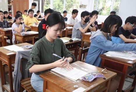 Young Taiwanese opting to stay at home in summer, play on smartphones