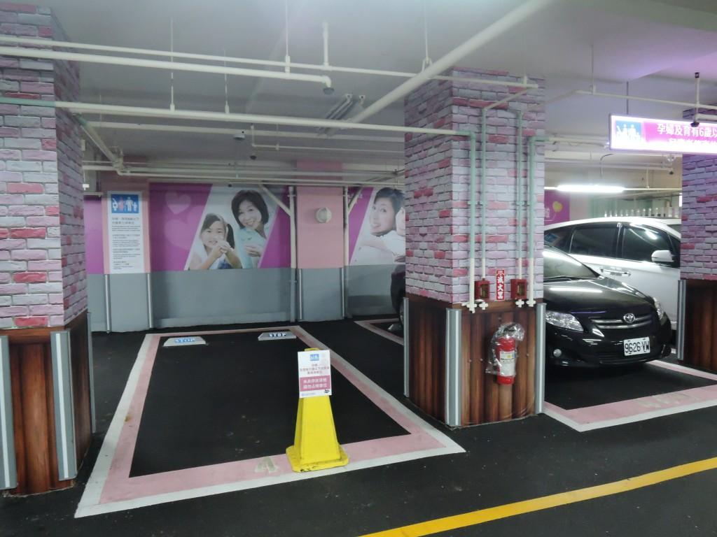 圖為孕婦及育有6歲以下兒童者停車位。(圖/新北市政府交通局)
