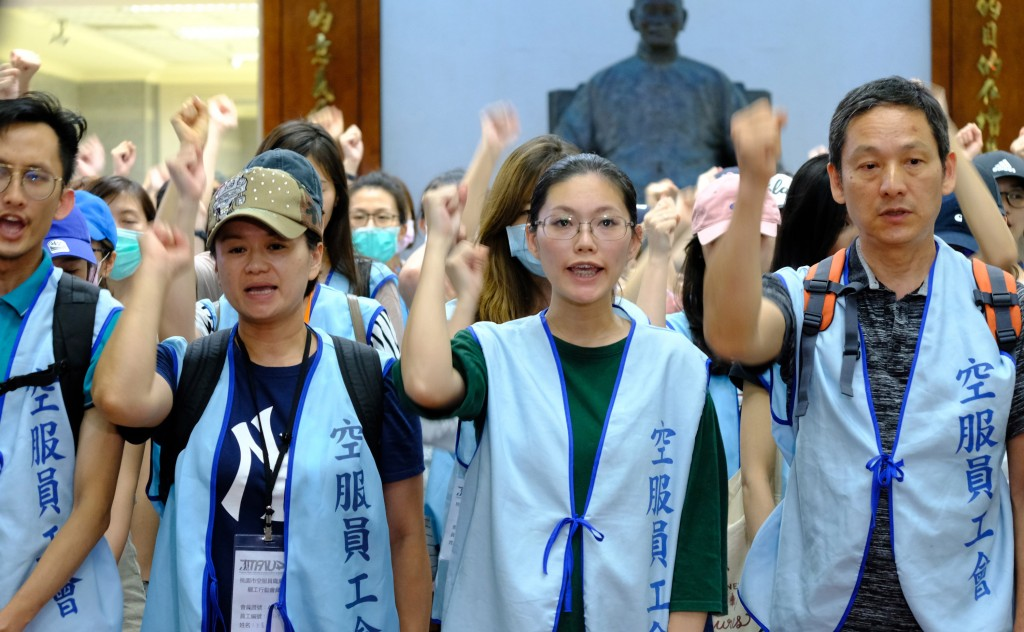 長榮罷工事件勞資雙方協商卡關,桃園市空服員職業工會30日表示,已掌握25名會員在罷工中被註記為「曠職」。