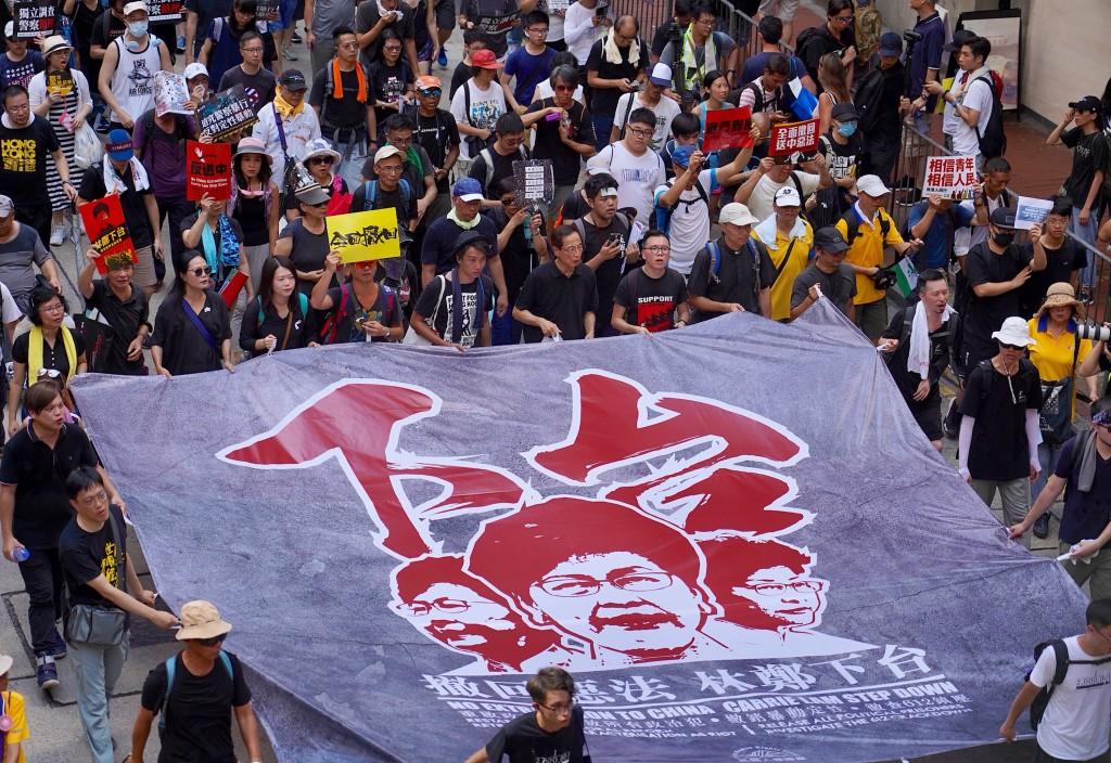 香港主權轉移22週年,七一大遊行1日下午正式展開, 大批民眾合力拉開巨型布條,表達希望香港特首林鄭月娥下台的訴求。