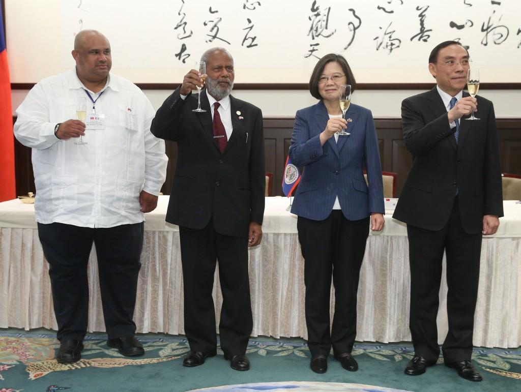 總統蔡英文今(右2)2日會晤貝里斯總督楊可為(左2)(照片來源:中央社提供)