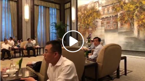 Chinese officials looking on during the meeting between Taipei Mayor Ko Wen-je and TAO chief Liu Jieyi (right in background, in blue shirt) (screensho