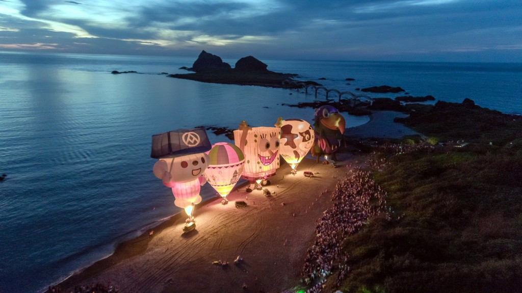 Hot air balloons awaiting the sunrise near Sanxiantai (photo courtesy of Taitung County Government).