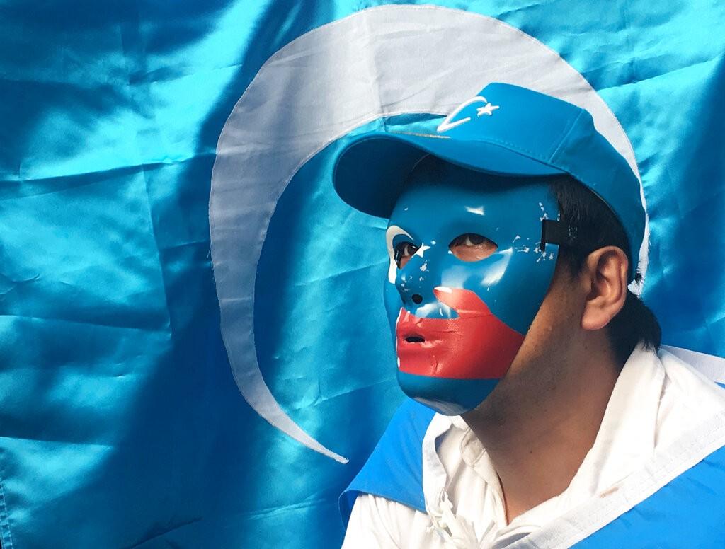 大阪G20的抗議人士攜帶東突厥斯坦獨立運動旗幟。僅供示意,非伊斯坦堡的抗議遊行(來源 美聯社)