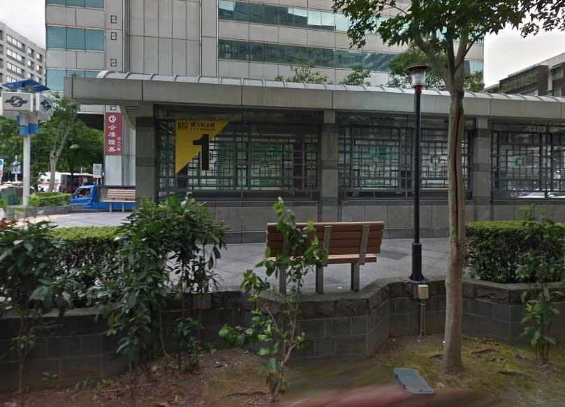 小貨車衝上國父紀念館站(圖擷取自google map)