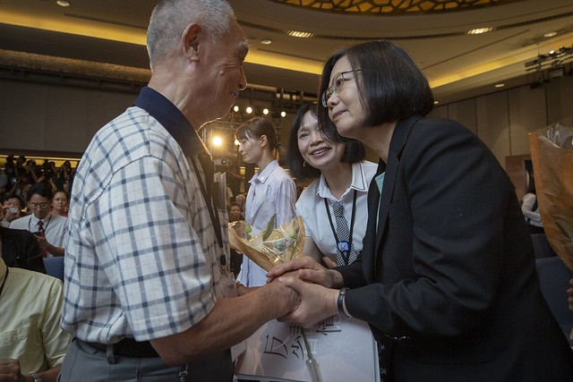 (R-L) President Tsai Ing-wen and Yang Tsui, acting chairwoman of the Transitional Justice Commission (Source: Presidential Office)