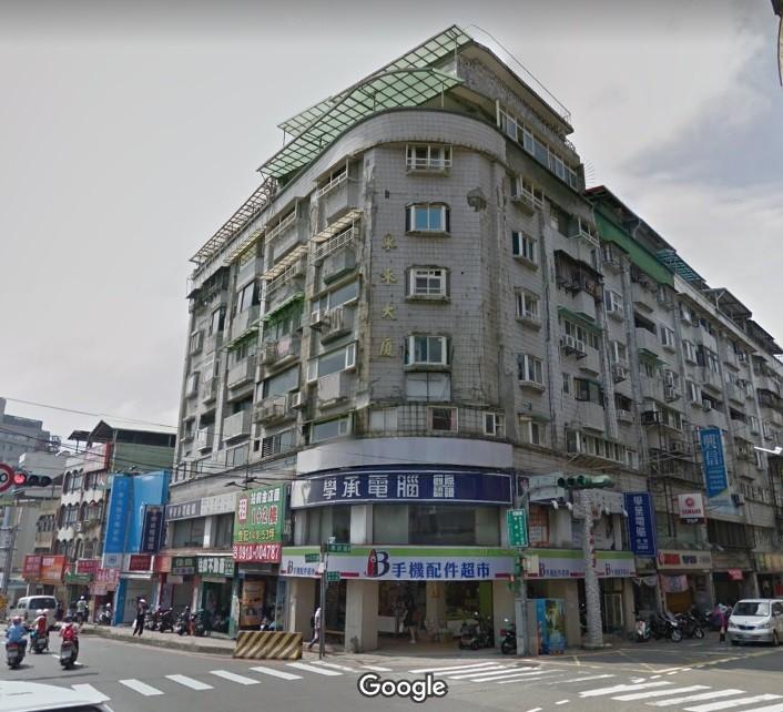 新北市府工務局今(8)日依法執行海砂屋東來大廈封閉和斷水斷電作業。(圖/google map)