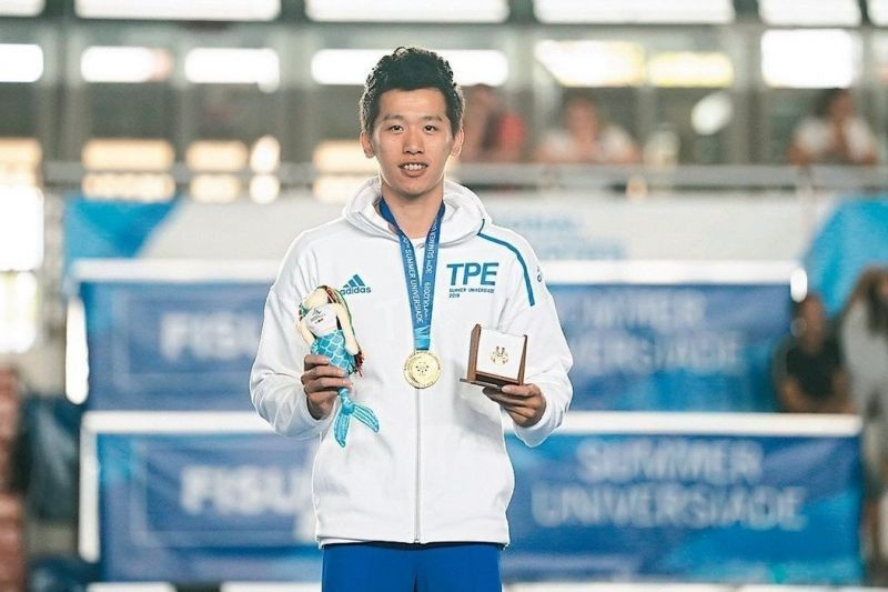 Lee Chih-kai displays his pommel horse gold medal at the 30th Summer Universiade in Naples (CTUSF photo)