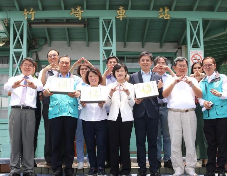 文化部長鄭麗君(左4)頒發重要文化景觀證書(圖/文化部)
