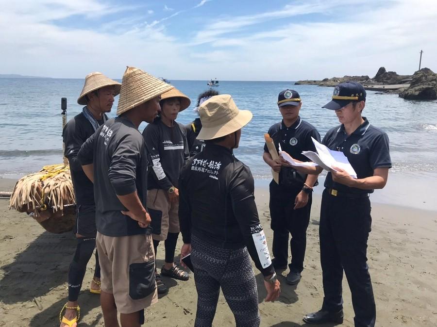 5名划手於臺東縣長濱鄉烏石鼻漁港沙灘接受內政部移民署查驗(圖/ 移民署)