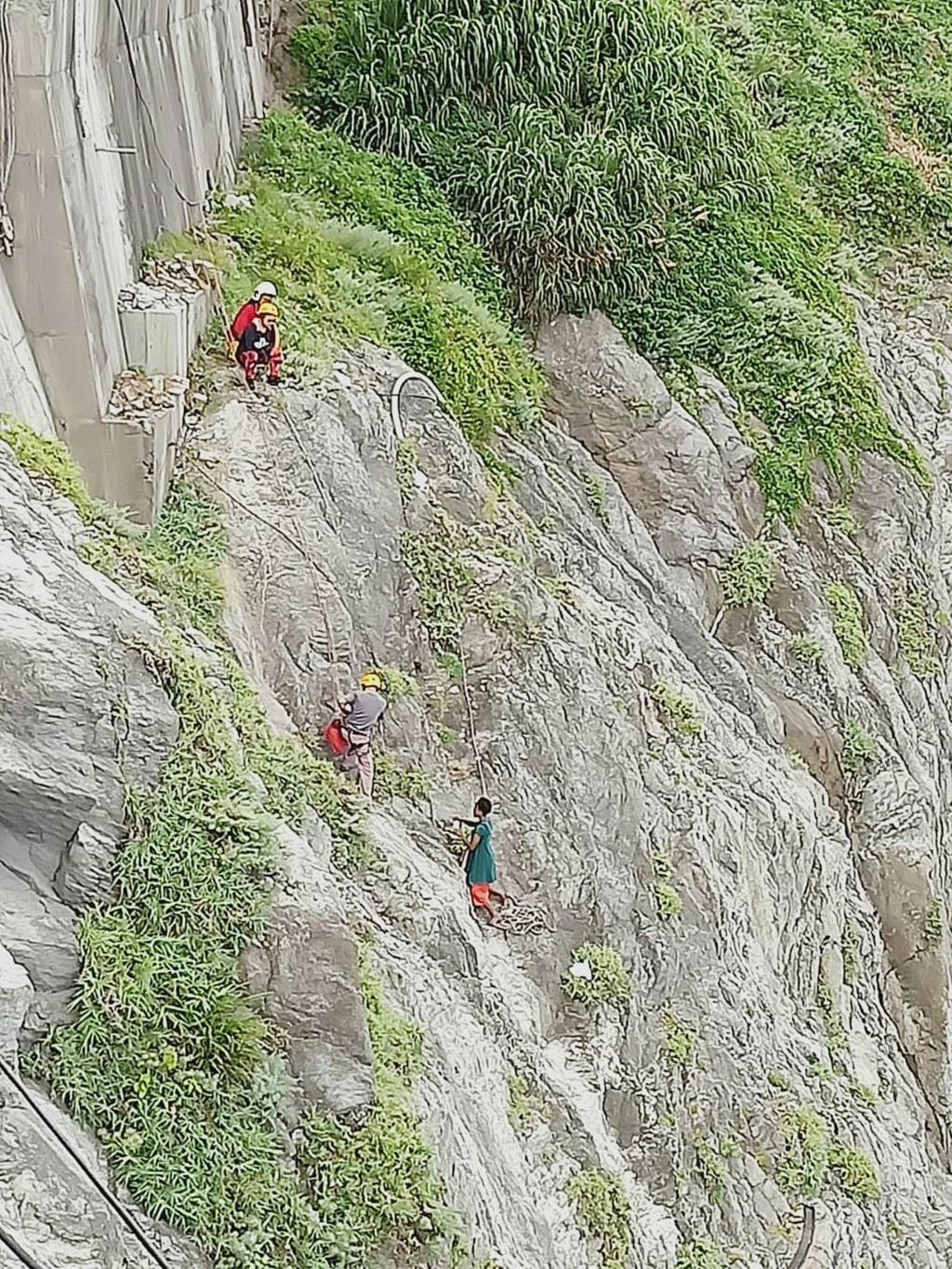 Rescue workers saved a foreign student off Qingshui Cliff in Hualien after a 17-hour standoff (photo by the Coast Guard)