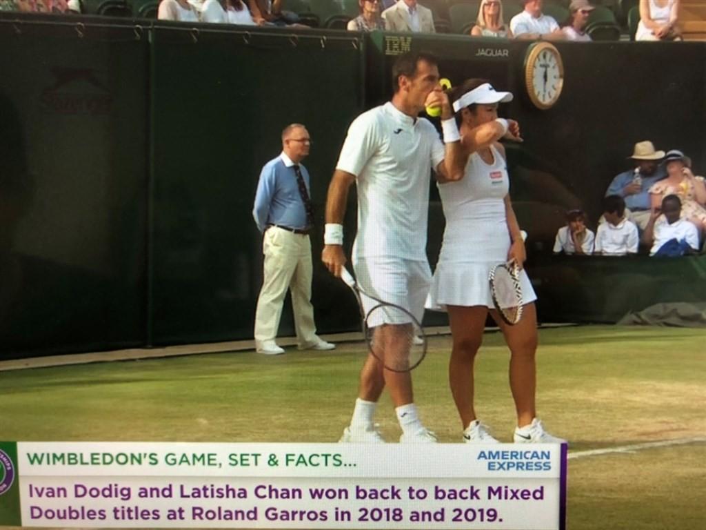 台灣女將詹詠然(前右)和克羅埃西亞選手多迪格(前左)搭檔參加溫布頓網球錦標賽混雙賽事,11日晉級4強。(圖取自facebook.com/w...
