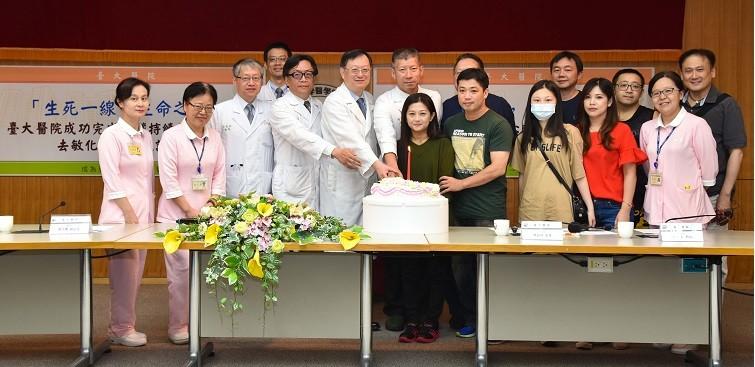 台大醫院成功完成心臟持續停跳50天後去敏化心臟移植記者會-團隊成員與病友慶祝重生合照。(圖/台大醫院)