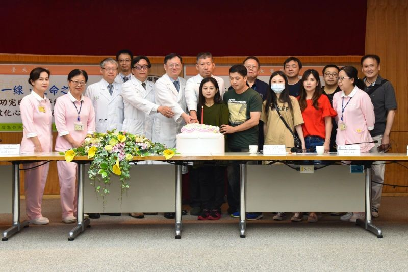 The patient, center, surrounded by medical professionals, friends and family (Photo from NTU Hospital)