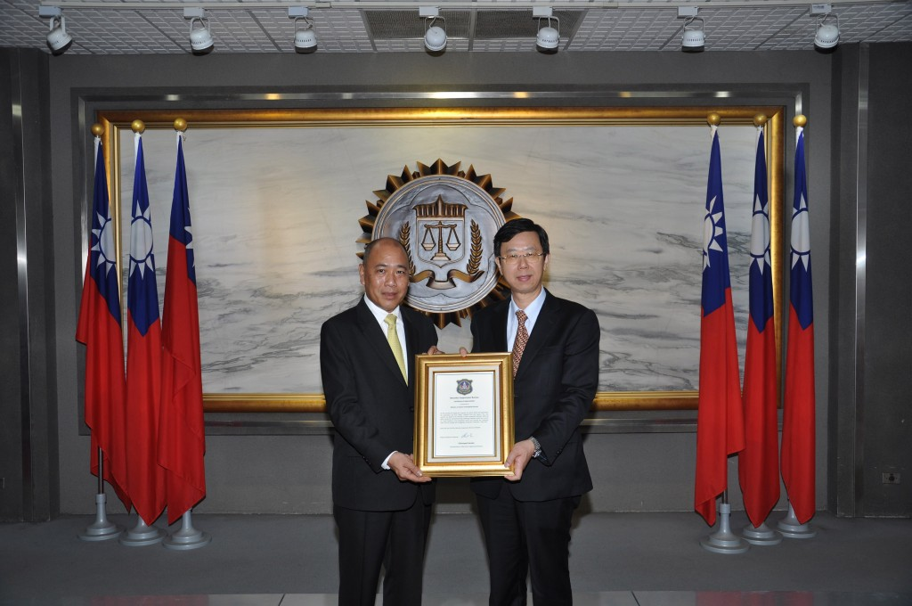 Thai NSB Commissioner Chinnapat Sarasin (left) handing a certificate of appreciation to MJIB Director General Leu Weng-jong.