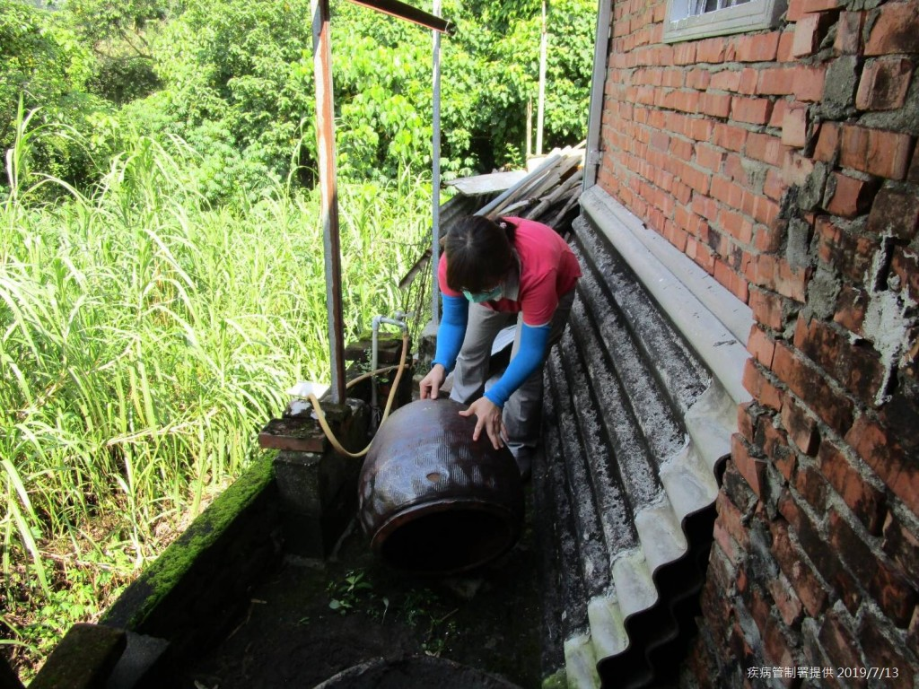 台南市政府防疫人員於台南市左鎮區榮和里執行孳生源查核。(圖/疾管署提供)