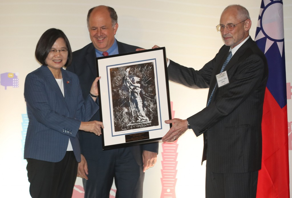 (L-R) Taiwan President Tsai Ing-wen, Michael Abramowitz from Freedom House, and Andrew Nathan from NED (Source: CNA)