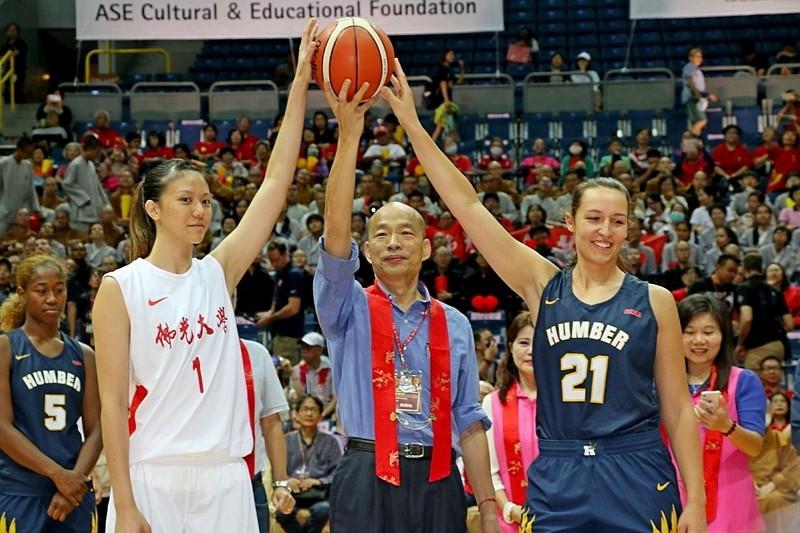 韓國瑜為佛光盃大學籃球邀請賽開球 (圖/高雄市政府)