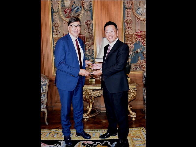 Financial Supervisory Commission Chairman Wellington Koo (right) and ACPR President Denis Beau. (FSC photo)