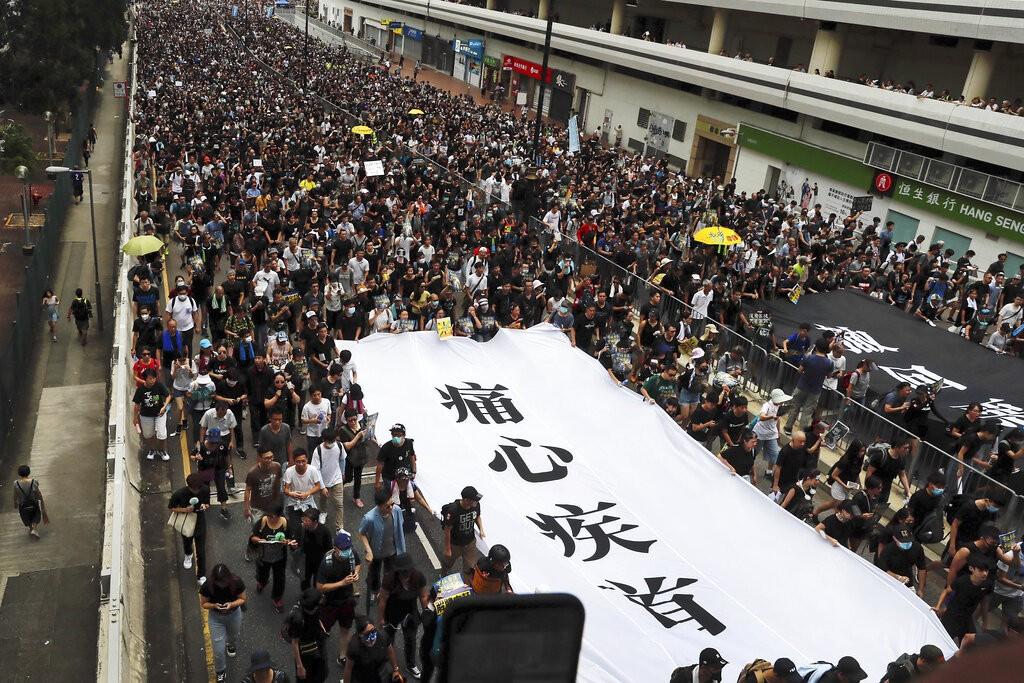 週日(14日)在沙田的抗爭遊行(圖/AP)