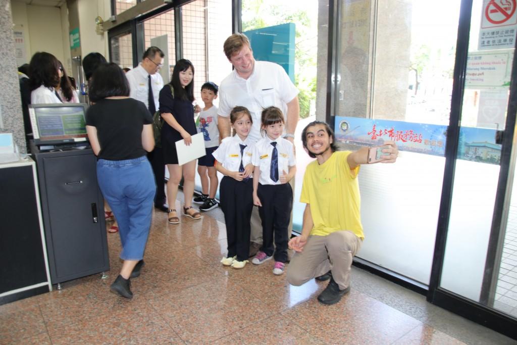 民眾與可愛親切的小小移民官自拍合影(圖/ 移民署)