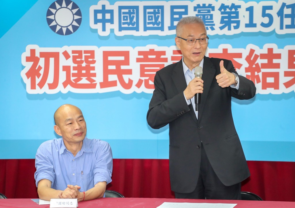 KMT Chairman Wu Den-yih (right) announcing Han Kuo-yu's victory in the primaries Monday July 15.