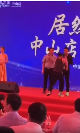 Hong Kong star Simon Yam (on stage, first right) was stabbed by a man (second from right) in the Chinese city of Zhongshan Saturday morning. (screensh