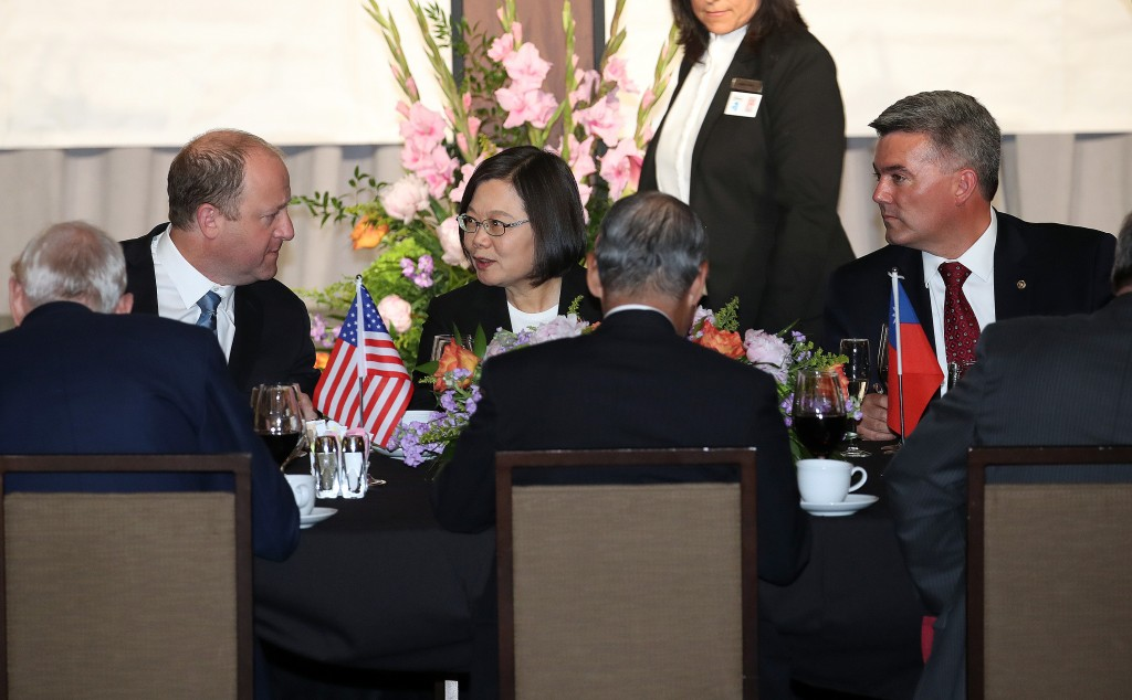 President Tsai (center) meeting with Colorado Governor Jared Polis (left) and with Senator Cory Gardner (right).