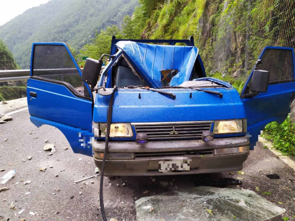 A young truck driver died Saturday (July 20) after rocks hit his vehicle (photo courtesy of Taichung Fire Department).