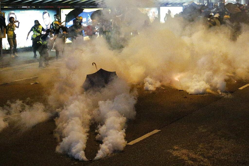 21日晚間10時20分過後,香港警方與反送中示威者在上環爆發衝突,警方發出催淚彈警告。(圖/美聯社)