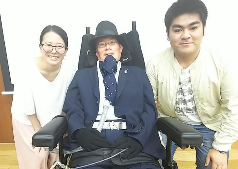 日本國會參議院改選結果出爐,其中,舩後靖彥(中)是首個當選國會議員的漸凍人。(圖/舩後靖彥臉書)