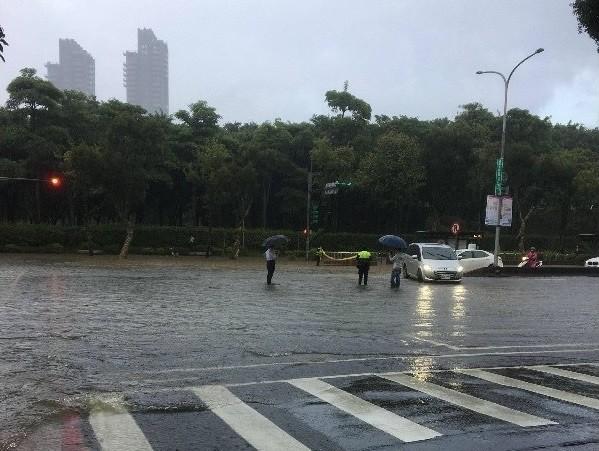 Flooding at Da'an Forest Park. (PTT photo)