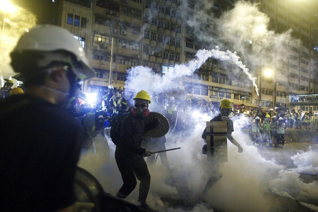 香港反送中民眾21日再度上街遊行,警方發射催淚彈及橡膠子彈驅散示威者。(圖/美聯社)