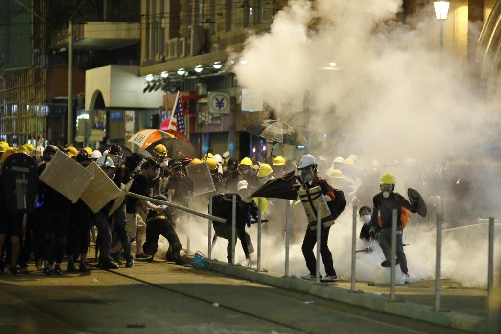 港警施放催淚彈驅散民眾(圖/AP)