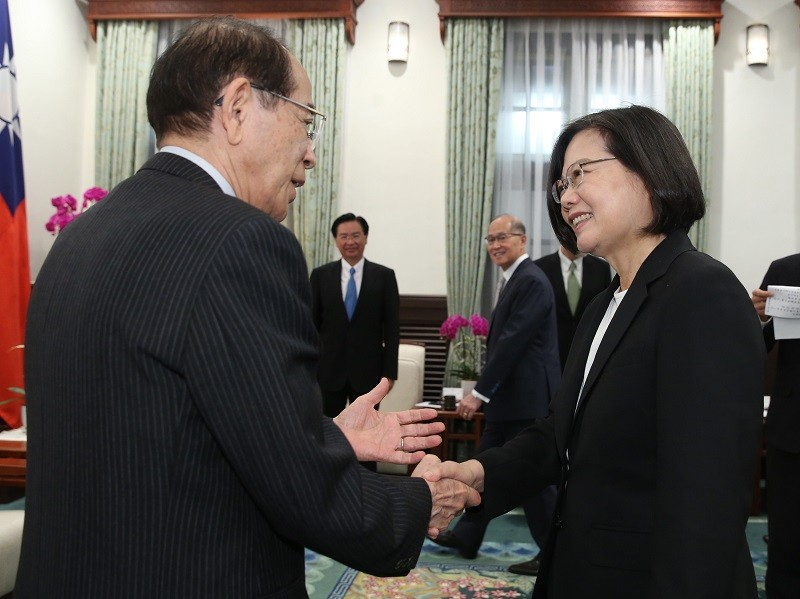 Taiwan President Tsai Ing-wen (right) meets with Mitsuo Ohashi (left), chairman of the Japan-Taiwan Exchange Association, on July 24. (CNA photo)