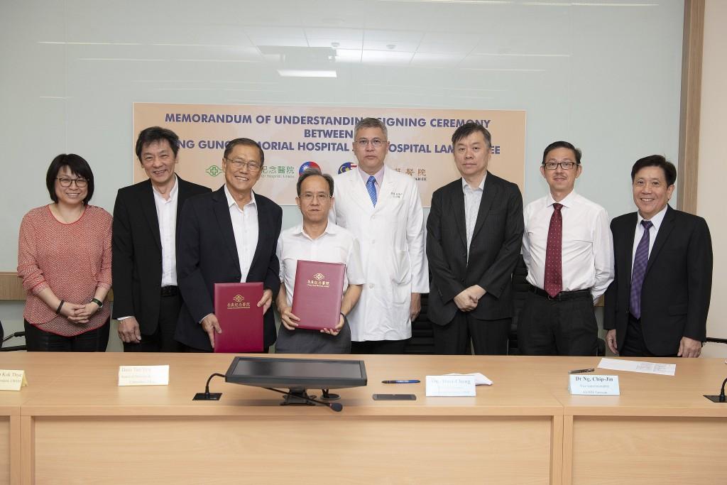 長庚醫院與檳城南華醫院簽署合作備忘錄。(左3)南華醫院董事代表拿督陳有湯、(左4)長庚醫院行政中心蘇輝成副總執行長。(照片由長庚醫院提供)