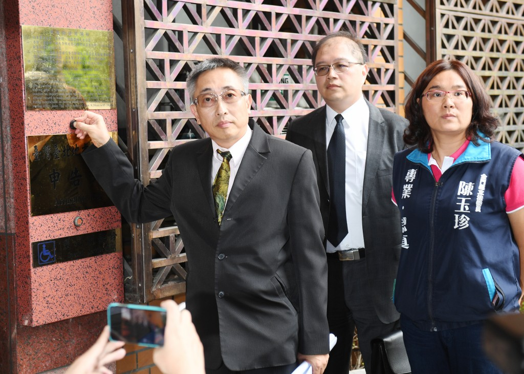China Times President Wang Feng (first left) filing a suit against FT correspondent Kathrin Hille on July 19.