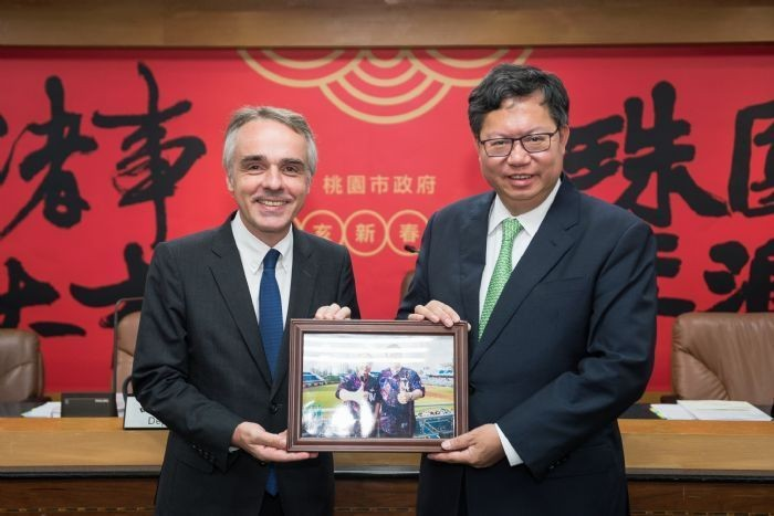 Director of the French Office in Taipei, Benoît Guidée and Taoyuan Mayor, Cheng Wen-tsan, July 24 (Photo from Taoyuan City Gov.)