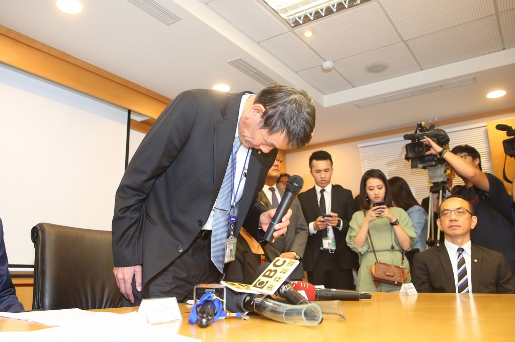 China Airlines Chairman Hsieh Shih-chien (left) apologizes for the cigarette smuggling scandal Thursday July 25.
