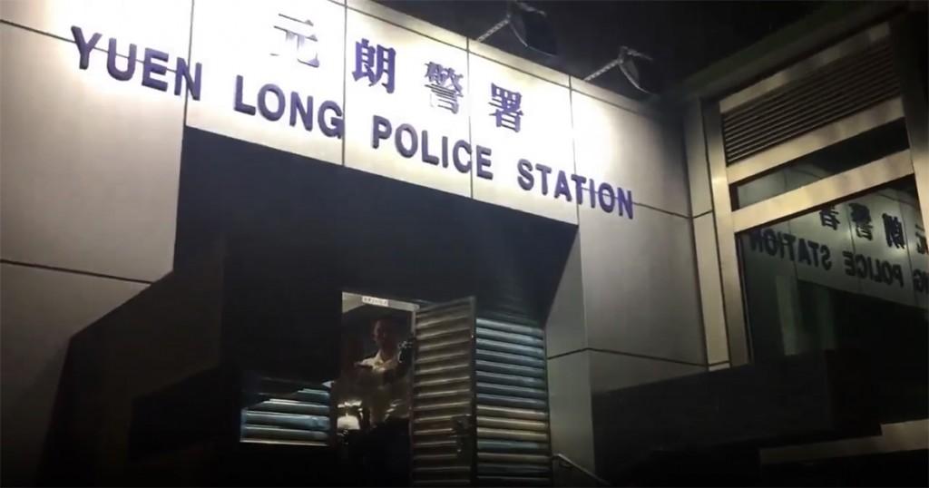 元朗警署「落閘」阻擋民眾求助(來源 議員鄭松泰Facebook)