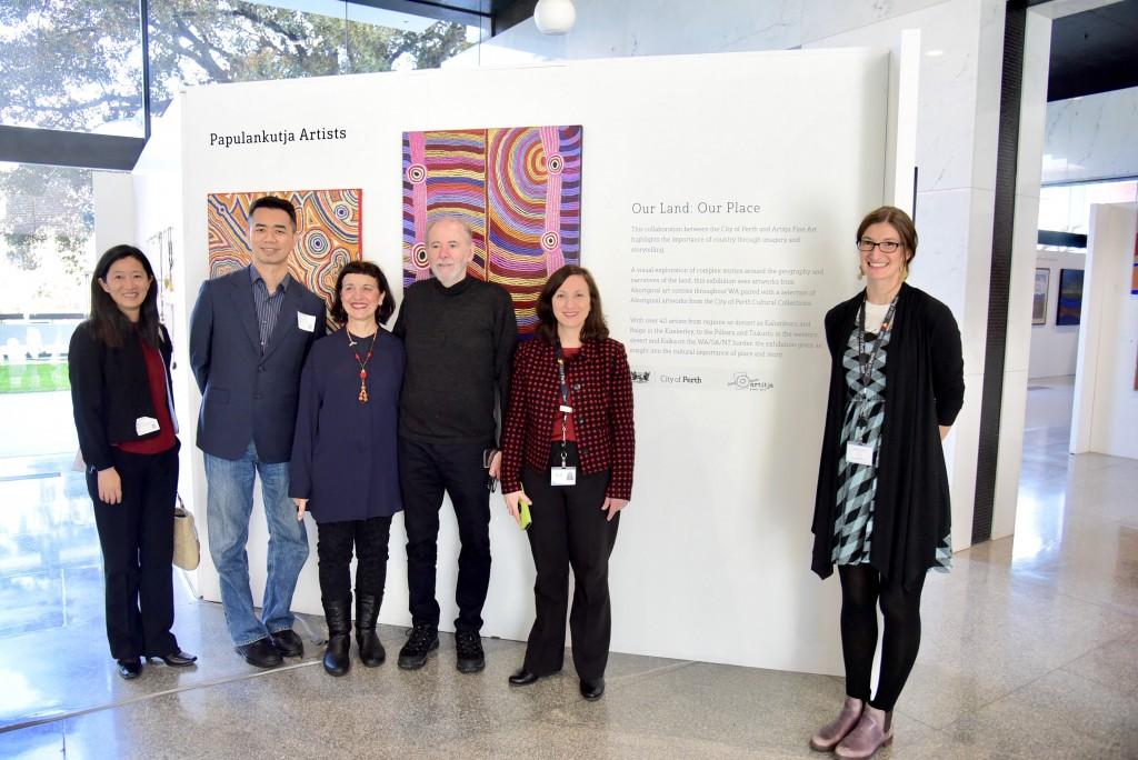 蔡宗雄局長與《Cultural Connection Through Art》原住民藝術展策展人Anna Kanaris(右4)、Arth...